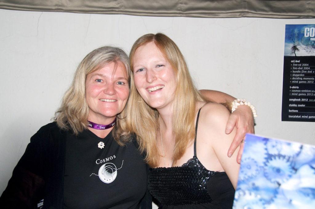 Unsere Merch-Ladies Jacky und Michèle